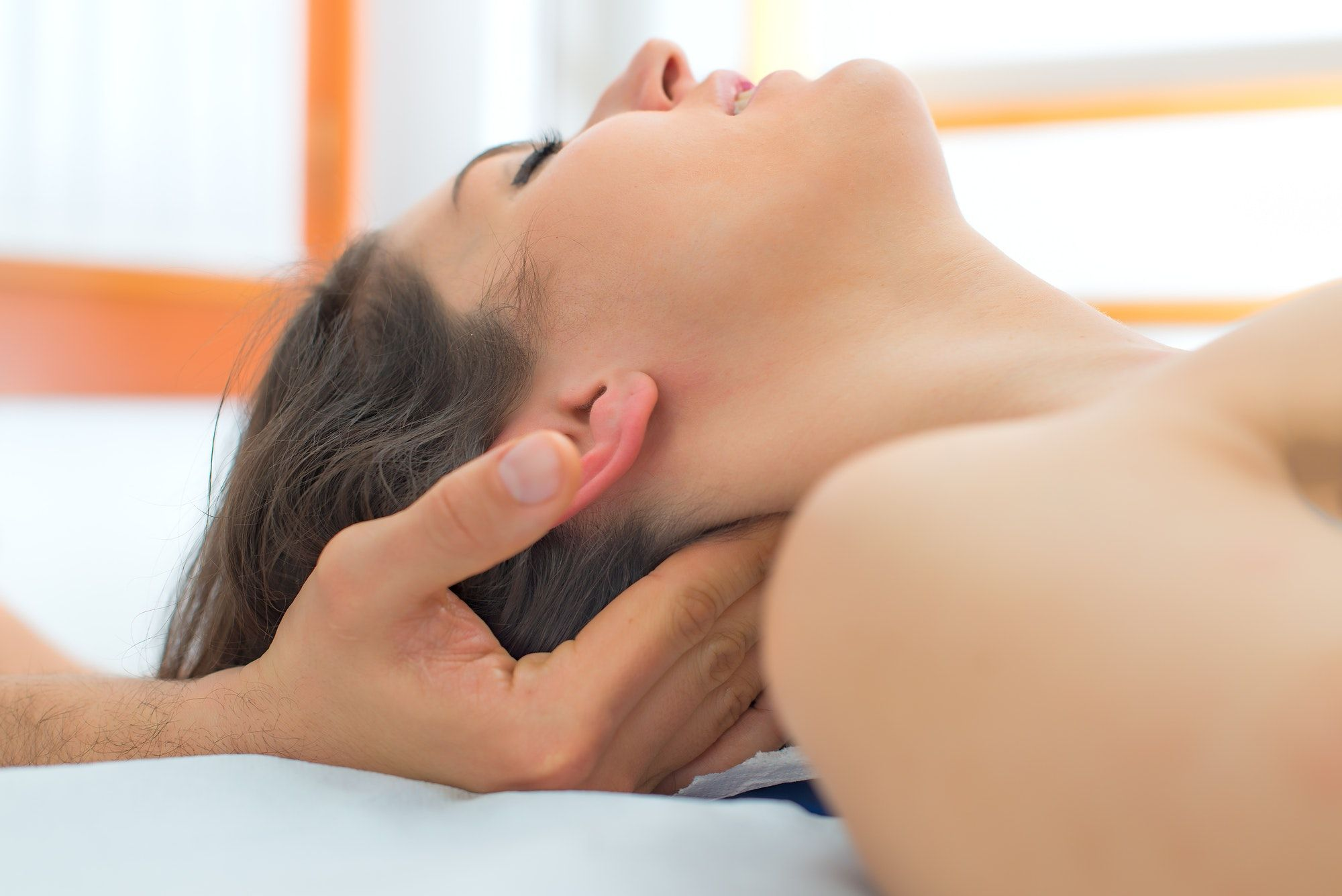 Wellness massage i nakken på kvinde